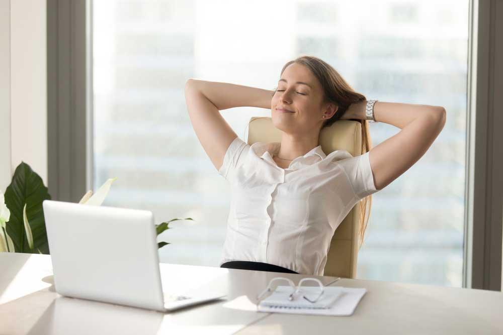 entspannte Frau am Laptop